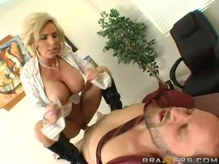 Rondborstig milf getting haar poesje pounded hard
