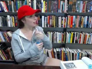 Tiener latina in publiek bibliotheek tonen af haar reusachtig tieten en massaging haar poesje