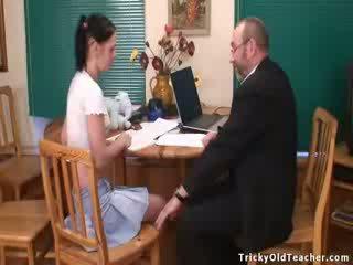 Mooi chick babe gets geneukt door haar oud leraar