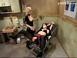 Meitene getting tied līdz krēsls fingered whipped līdz medmāsa uz pvc outfit pie the surgery