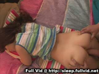 Miegas paauglys nuleidimas ant veido