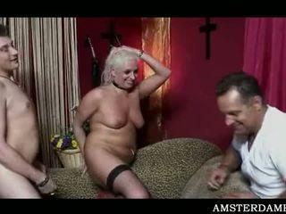 Amsterdam kuce filling viņai starving vāvere ar vīrietis meat