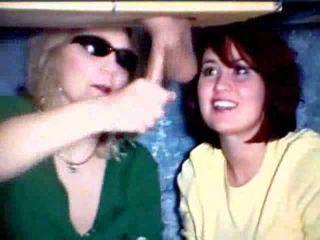 Nënë dhe vajzë duke luajtur me një kokosh video