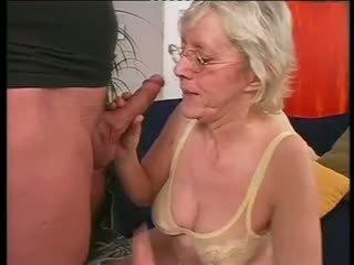 Ogolone babcia happily takes a ciężko dicking