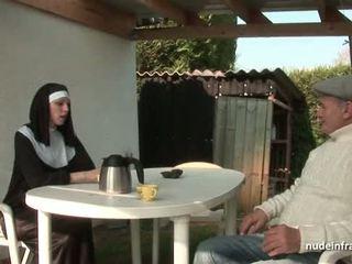 Muda orang peranchis rahib fucked keras dalam bertiga dengan papy pengintip/voyeur
