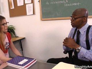 Discussing 她的 grades