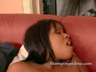 Ebony chick pleases een milf als ze licks haar rijpere kut