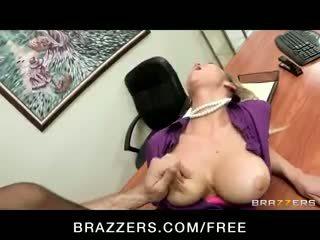Kívánós big-tit szőke office-slut pornósztár abbey brooks fucks pöcs