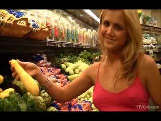 Ashley binnenin de grocery winkel flashing en zuigen fruit