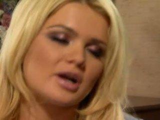 Alexis ford has ji sladko okrogla mams sprayed s svež creamy tič mleko