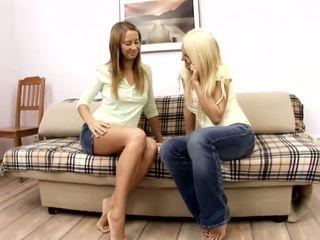 Alla un jodi amatieri blondīne un rūdmataina lesbiete cāļi skūpstošie par the dīvāns
