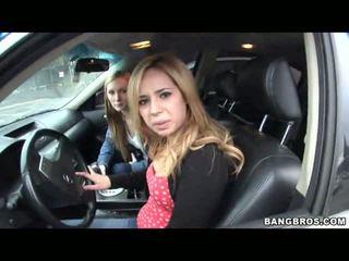 2 females driving em torno de e seducing
