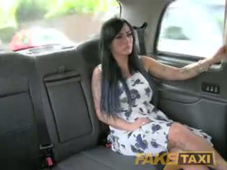Fake taxi sexy masseuse gets scopata su auto bonnet