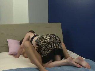 Vanha bitch plays kanssa hänen uusi nuori tyttöystävä