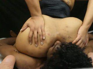 A dedicated worshipper zem šī phat pakaļa
