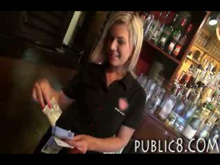 Cutie amateur blond works in een bar en krijgen paid voor heet seks