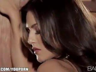 Seductive 印度人 beauty strips 向下 和 fingers 她的 粉紅色 的陰戶