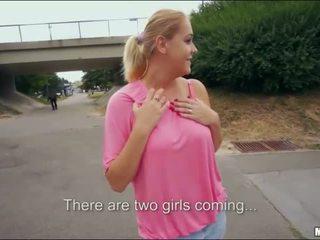 Blondinka bomba paris süýji jemagat öňünde sikiş