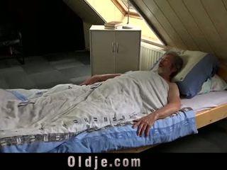 Sexual jovem cuidado para um pobre velho homem