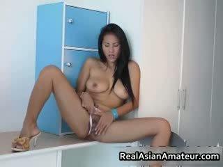 Голям boobed азиатки hottie stuffing тя