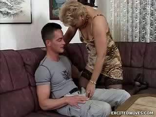 En kvinne guy finds selv i den heldig posisjon getting offered en runde av eldret kuse i den middle av den dag. mens ge