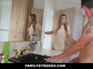 Familystrokes - 女儿 fucks step-dad 而 妈妈 showers