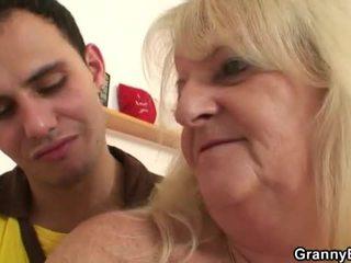 חרמן סבתא pounded על ידי צעיר dude
