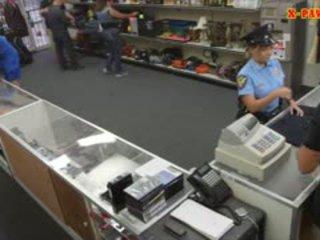 Gros seins police officier pawns son stuff et nailed à gagner pognon