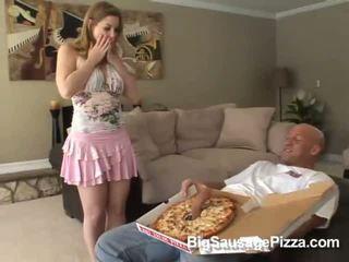 क्यूट ब्रुनेट doing ब्लोजॉब और titsjob के लिए पिज़्ज़ा guy साथ पिज़्ज़ा पर