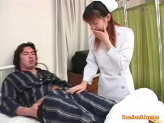 Orientale infermiera giocare spento