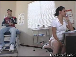 Secy พยาบาล treats เธอ ผู้ป่วย