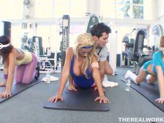 Блондинки горещ мадама gets хардкор секс в на гимнастически салон