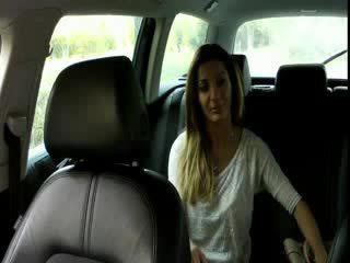 ใหญ่ หน้าอก ผมสีบรูเนท สมัครเล่น bangs ใน taxi
