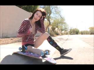 Aiden onto the स्ट्रीट skateboarding और अनड्रेस्सिंग bare