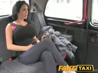 Faketaxi шоу дівчина з великий цицьки fucks для готівка