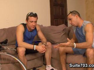Hunky homosexuals fixing divritenis un jāšanās narrow butts