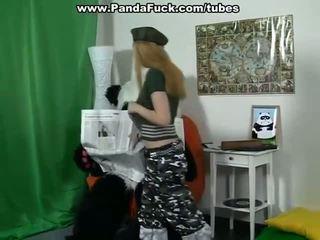 Meitenes spēlē ar milzīgs spēļmantas