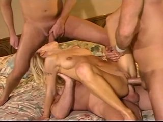 Blondi sluut takes kolme cocks