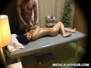 Abielunaine molested poolt mustanahaline masseur
