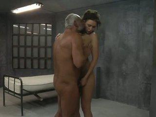 Joven chica es follada por two viejo pervs en la célula