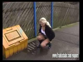 Niegrzeczne blondynka frankiebabe przyłapani na camera sikanie outdoors w publiczne