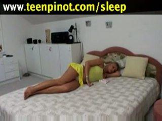 Blondīne skaistule fucked kamēr guļošas uz a viesnīca istaba