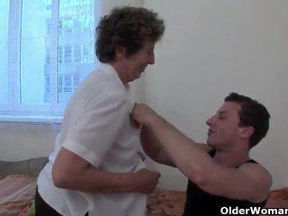 Lustful бабичка gets тя космати задник fingered и прецака