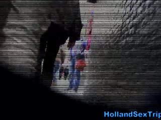 Two tourists plukken omhoog een straat walking slet