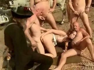 Two grandpas फक्किंग और पिस्सिंग पर हॉट बस्टी गर्ल