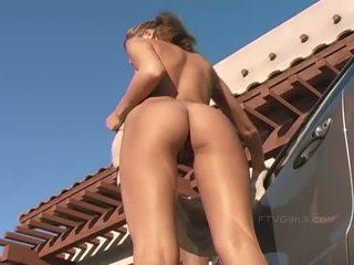 Amy बस्टी सेक्सी रेडहेड बेब washing एक कार और flashing बूब्स और आस