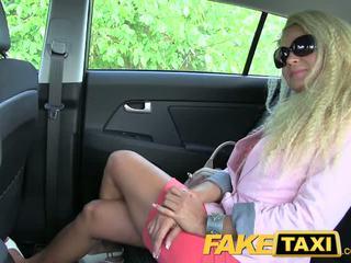 Faketaxi blondynka mamuśka z a wielki tyłek wants do impreza