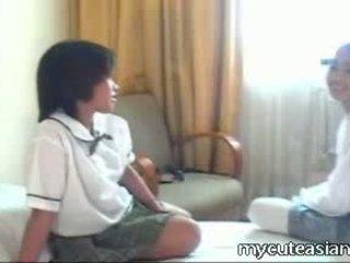 Two teen lesbisch asiatisch mädchen ficken um