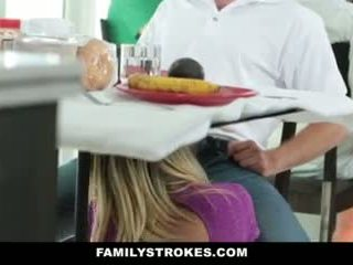 가족 strokes- step-mom teases 과 fucks step-son