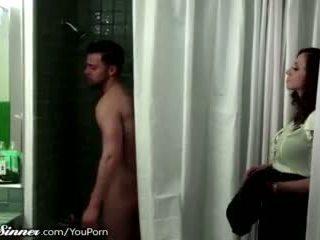 Matrigna waits per figlio in il doccia